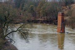 Vista dal Riverwalk in Cernjahovsk, Russia del fiume di Angrapa come raggiunge i livelli di inondazione Fotografia Stock Libera da Diritti