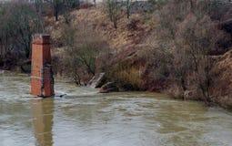 Vista dal Riverwalk in Cernjahovsk, Russia del fiume di Angrapa come raggiunge i livelli di inondazione Immagine Stock