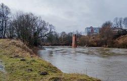 Vista dal Riverwalk in Cernjahovsk, Russia del fiume di Angrapa come raggiunge i livelli di inondazione Immagini Stock Libere da Diritti
