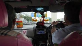 Vista dal sedile del passeggero che guida in taxi POV Bangkok, Tailandia - 26 ottobre 2017 4K video d archivio