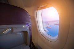 Vista dal sedile del ` s del passeggero nel volo dell'aeroplano sopra le nuvole in Dott. Fotografia Stock