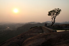 Vista dal tempiale di Hannuman in Hampi al tramonto Fotografie Stock Libere da Diritti