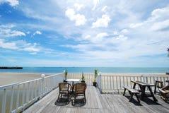 Vista dal terrazzo bianco con le sedie di legno fotografia stock
