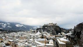 Vista dal terrazzo del museo di arte contemporanea, periodo di inverno, Salisburgo, Austria della città video d archivio