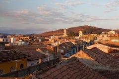 Vista dal tetto sulla via in Trinidad al tramonto, Cuba Fotografie Stock Libere da Diritti