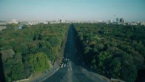 Vista dal Tiergarten ai punti di riferimento di Berlino più popolari: Porta di Brandeburgo, DOM berlinesi e torre della televisio archivi video