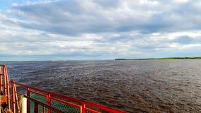Vista dal traghetto all'Ob'con acqua rossa fotografia stock