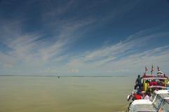 Vista dal traghetto mentre incrocio il Brahmaputra vicino a Tinsukia, l'Assam fotografia stock