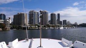Vista dal traghetto sul fiume e sui grattacieli di Brisbane video d archivio