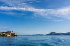 Vista dal traghetto sulla parte di Portoferraio e dalla roccia da un altro lato di Elba Fotografia Stock Libera da Diritti