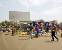 Vista dal veicolo umanitario di uno sho urbano generico del mercato fotografia stock libera da diritti