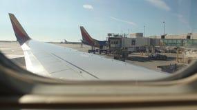Vista dall'aereo al suolo che esamina ala fotografia stock