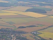 Vista dall'aereo alla scena rurale al suolo dell'azienda agricola dei campi della terra variopinta a terra di agricoltura in fosc Fotografia Stock Libera da Diritti