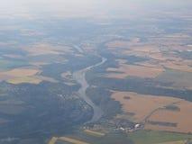 Vista dall'aereo alla scena rurale al suolo dell'azienda agricola dei campi della terra variopinta a terra di agricoltura in fosc Immagini Stock