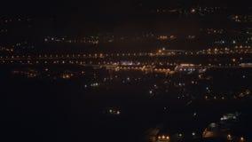 Vista dall'aereo che sorvola la città di notte stock footage