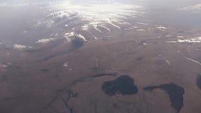 Vista dall'aereo sulle montagne e sulle valli del Caucaso archivi video