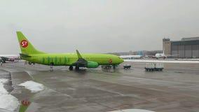Vista dall'aeroplano all'aeroporto internazionale di Domodedovo archivi video