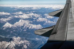 Vista dall'aeroplano sulle montagne delle alpi Fotografia Stock
