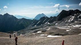Vista dall'al rallentatore di punta di Zugspitze stock footage