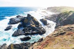 Vista dall'allerta di Southpoint a roccia irregolare nell'oceano al Nobbies, Phillip Island, Victoria, Australia Fotografie Stock