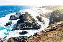 Vista dall'allerta di Southpoint a roccia vulcanica nell'oceano al Nobbies, Phillip Island, Victoria, Australia Immagini Stock