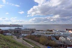 Vista dall'alta banca all'intersezione dei fiumi Volga e Oka Fotografia Stock