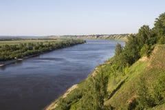 Vista dall'alta banca di ampio fiume Fotografie Stock