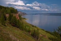 Vista dall'alta banca di grande fiume Fotografie Stock Libere da Diritti