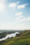 Vista dall'alta Banca sul fiume Fotografie Stock