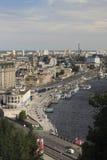 Vista dall'alta banca sulla costruzione della stazione del fiume, il PR Fotografia Stock Libera da Diritti