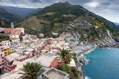 Vista dall'alta collina sulle case di Vernazza e sul mare blu, parco nazionale di Cinque Terre, Liguria, Italia Fotografie Stock Libere da Diritti