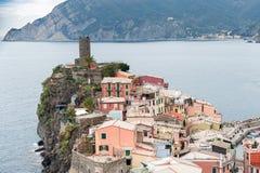 Vista dall'alta collina sulle case di Vernazza e sul mare blu, parco nazionale di Cinque Terre, Liguria, Italia Fotografia Stock