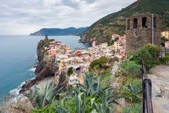 Vista dall'alta collina sulle case di Vernazza e sul mare blu, parco nazionale di Cinque Terre, Liguria, Italia Fotografia Stock Libera da Diritti