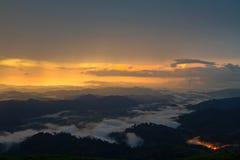 Vista dall'alta montagna nella venuta della pioggia Fotografia Stock