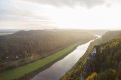 Vista dall'alta montagna per restringere fiume nella foresta Fotografie Stock Libere da Diritti