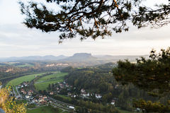 Vista dall'alta montagna sul piccolo villaggio tedesco in foresta selvaggia verde Fotografia Stock