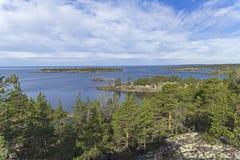 Vista dall'alta riva alle isole negli skerries di Ladoga, Immagine Stock Libera da Diritti