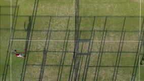 Vista dall'altezza del campo da tennis in cui la gente si scalda prima del gioco stock footage