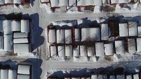 Vista dall'altezza del garage nell'inverno Vista superiore del garage nell'inverno Macchina fotografica su Siluetta dell'uomo Cow archivi video