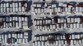 Vista dall'altezza del garage nell'inverno Vista superiore del garage nell'inverno Macchina fotografica su Siluetta dell'uomo Cow stock footage