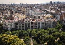 Vista dall'altezza della città di Barcellona con gli alberi nella priorità alta Fotografie Stock Libere da Diritti