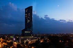 Vista dall'altezza della città Wroclaw, cielo notturno urbano, architettura moderna, grattacielo immagine stock