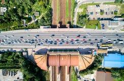Vista dall'alto in basso di un ponte della strada che attraversa una ferrovia Karavaevi Dachi, Kiev, Ucraina Immagini Stock