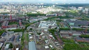 Vista dall'alto della metropoli grigia Panorama di una grande città con aree e strade lunghe in condizioni di nuvolosità Parte in archivi video