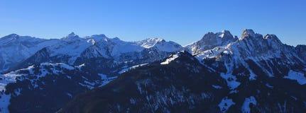 Vista dall'area dello sci di Rellerli verso il supporto Oldenhorn Immagini Stock