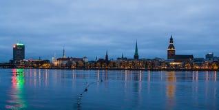 Vista dall'argine di Daugava a Riga uguagliante Fotografia Stock