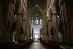 Vista dall'entrata dell'interno di grande chiesa catolic gotica neo a Quito Ecuador fotografia stock libera da diritti