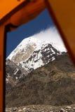 Vista dall'entrata della tenda arancio di spedizioni Fotografia Stock Libera da Diritti
