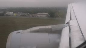 Vista dall'interno dell'aereo che atterraggio all'aeroporto stock footage