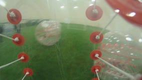 Vista dall'interno della bolla gonfiabile di calcio di eseguire persona nella stanza di divertimento stock footage